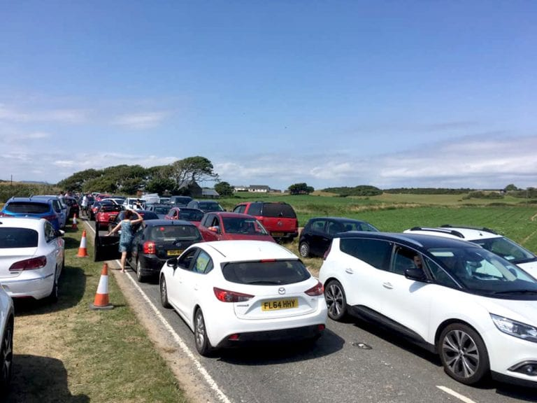 Hot weather leads to traffic congestion at beauty spots